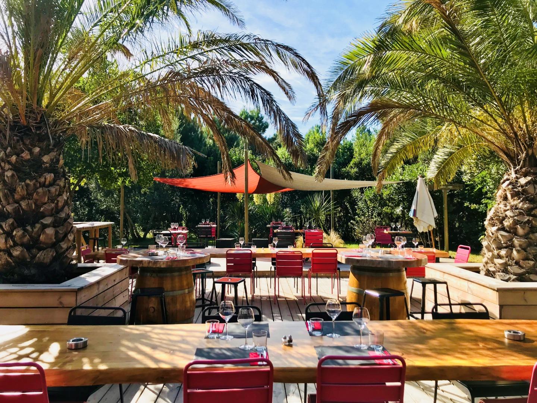 Restaurant bar ambiance avec terrasse ombragée près de Ares